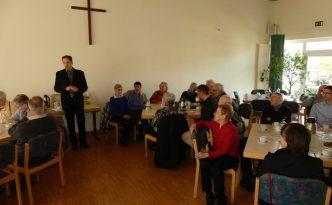 Pfarrer Sommershoff bei der anschließenden Gemeindeversammlung